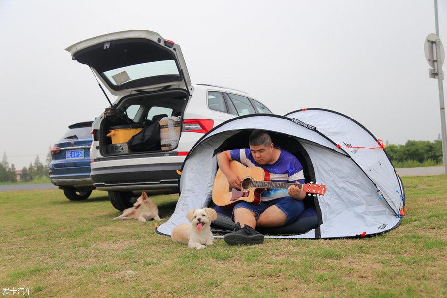 这次出游,我带了钓鱼的渔具和烧烤器具,他带了一把吉他和帐篷,把整个后备厢基本上都塞满了。原本我打算钓鱼,他负责生火烤肉,没想到到了之后,这家伙就拿着吉他开始卖弄风骚了。