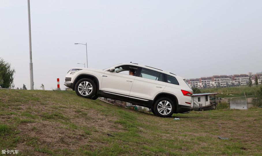在此之前,我们已经对柯迪亚克TSI380旗舰版的四驱性能做了专业测试,测试结果非常不错,至少在20万元这个主流价格区间内,柯迪亚克的四驱性能算得上优异。虽然我们这台长测车只是一台前驱车型,不具备四驱的强大驱动力,但相比轿车它有着更大的接近角和离去角,爬个小...