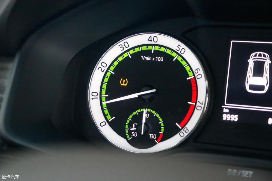 在长测使用的过程中,车的右后轮胎被扎过一次,幸好仪表盘上及时提示,亮起了黄色的胎压报警灯(全系标配),更换备胎后将就着用。但是备胎内部是没有胎压传感器的,所以报警灯一直显示。