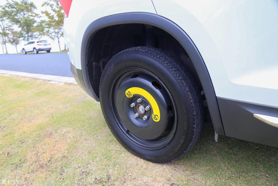 备胎尺寸为145/85 R18,为非全尺寸备胎,品牌为马牌,最高允许时速为80km/h。虽然宽度比较窄,按规定只做临时替换使用,但我们装着这条备胎开了半个月,接近1000多公里也未出现任何问题。