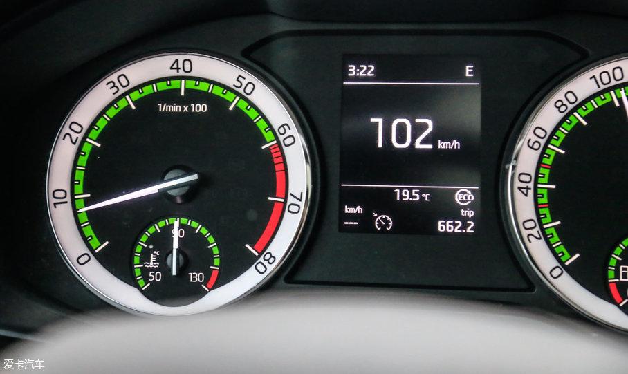 """但是,当你松开油门之后,发动机转速会迅速降低到怠速时的800rpm,右上角的挡位仅仅显示为""""E"""",数字没了。到这里,可以分析得出经济模式下的工作逻辑:加速时和标准模式一样,发动机与变速箱连接,离合器接合;松开油门时,发动机与变速箱断开,离合器分离,相当于挂..."""
