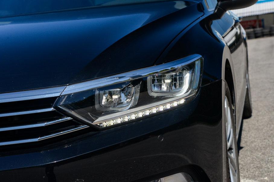 迈腾330TSI豪华型远、近光大灯均采用了LED光源,不过并未配备透镜稍显遗憾,LED日间行车为灯珠式。
