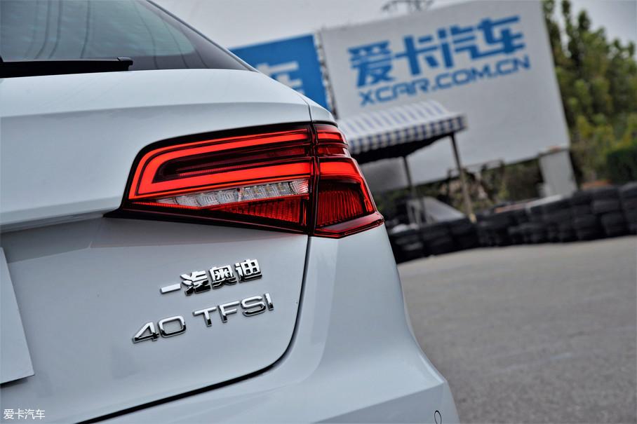 新款奥迪A3的尾灯内部布局经过全新设计,点亮后的LED灯带视觉效果出色,与车头日间行车灯完美呼应。