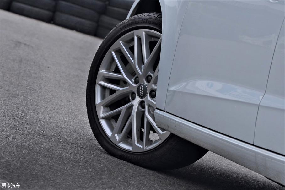 新款奥迪A3配备了18英寸多辐轮圈,视觉效果十分出色,搭配韩泰 Ventus S1 evo系列规格为225/40 R18的轮胎,主打舒适性,是一款性能均衡的产品。