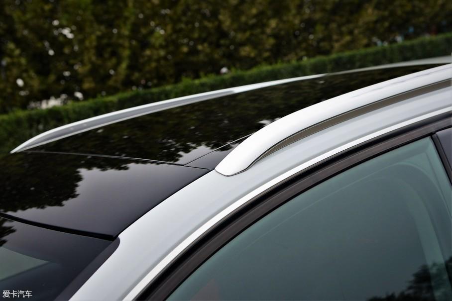 新款奥迪A3的车顶采用黑色漆面处理,但并非全景天窗比较遗憾,不过高配版两厢车型配备的行李架导轨,无论实用性还是美观度都得到了极大的提升。