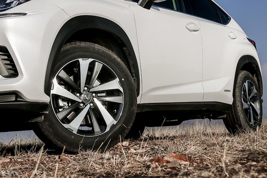 高配车型使用了新样式的18英寸轮圈,轮胎尺寸、品牌和老款车型保持一致,搭载的依然是225/60 R18普利斯通Dueler H/L系列。