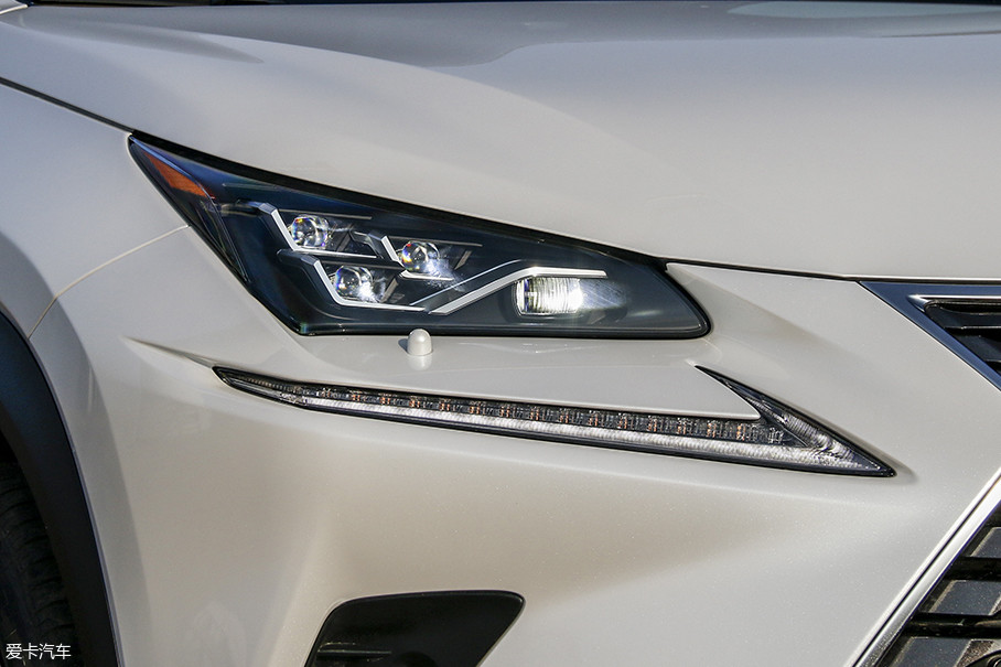 新的大灯设计源自雷克萨斯家族中的LC车型,内部构造更具设计感,不仅保持了全LED光源,还使用了矩阵式大灯。