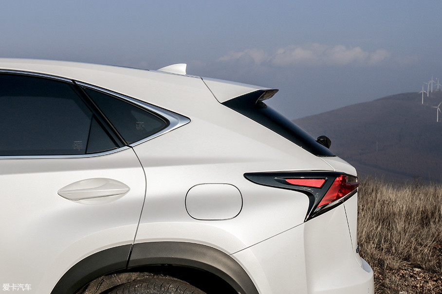 较大的倾角让NX的尾窗看起来有别于传统SUV,有了些Coupe车型的影子。