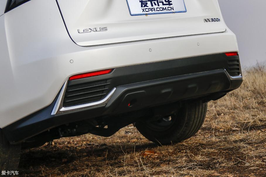新车尾部的保险杠勾绘了新的线条,同时两侧的镀铬装饰也采用了L的形状。
