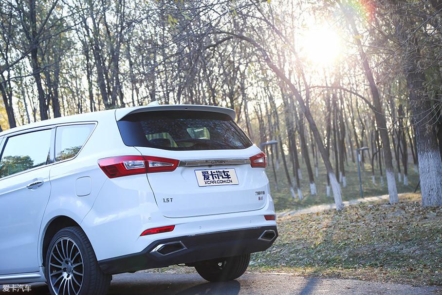 """车尾设计比较厚重,两侧尾灯采用粗幅横条连接,并且印上了""""LIFAN""""的标识。两侧1.5T以及8AT标识也展现出了车辆的技术实力。倒车雷达,倒车影像等实用功能也一应俱全。"""
