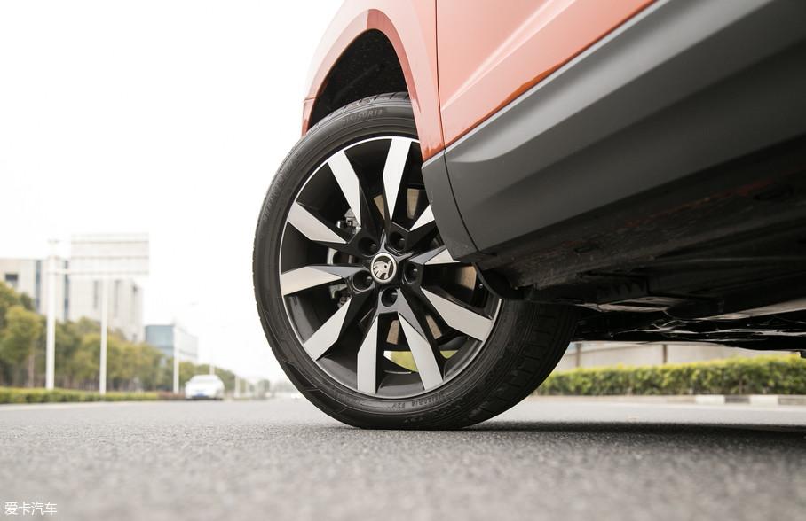 当你第一眼看见柯珞克这台车的时候,很难不被它的18英寸尖峰精车轮圈所吸引。与之搭配的是邓禄普SP SPORT MAXX 050系列SUV专用轮胎,前后胎规格同为215/50 R18。