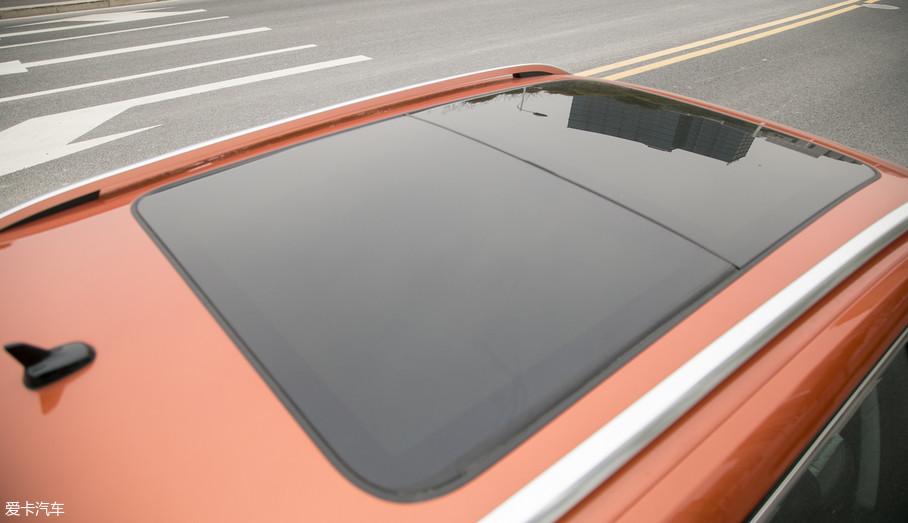 柯珞克拥有着同级别产品中罕有的全景天窗,相比于逍客和指南者有着巨大的优势。总采光面积达到了1.17㎡,前半部分开启面积也足够大。