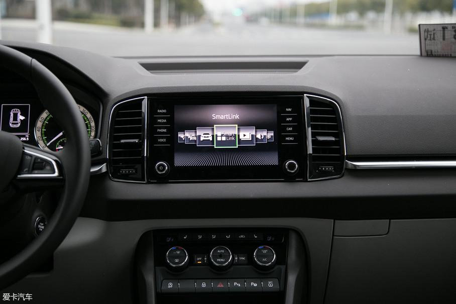9英寸的中控电容液晶大屏科技感十足,支持手机互联、语音控制和手机映射等时下主流的科技配置。整个系统的反馈速度十分优秀,UI设计简约大方。
