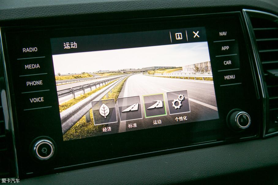 整个系统的UI设计让人点赞,屏幕的分辨率极高已经可以媲美高清电视,切换驾驶模式时背景会呈现出四张壁纸级别的风景照片,形象生动的描绘出当前的驾驶模式,值得表扬。