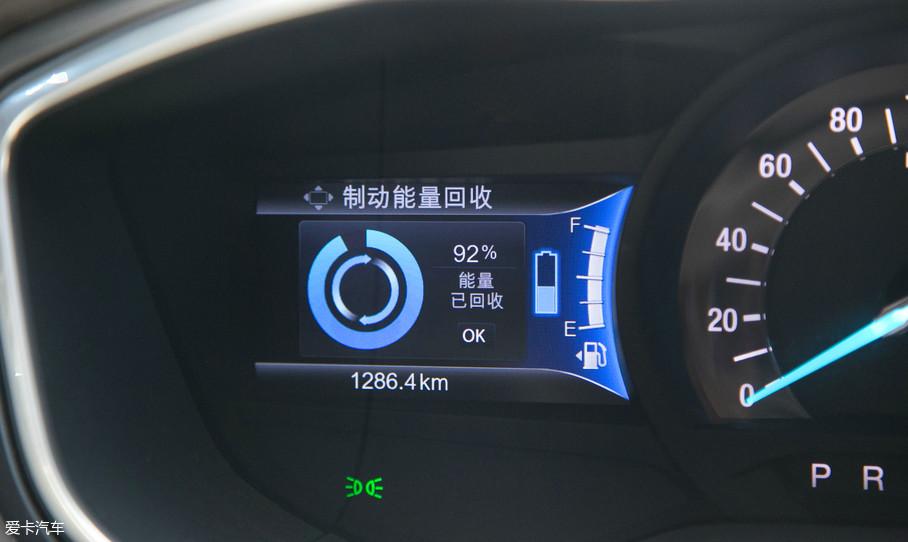 走走停停也能感受到新蒙迪欧插电混动版的与众不同,制动能量回收系统就是它的一大特点,该系统特点是将普通内燃机车型减速、刹车时转变的热能回收,通过制动能量回收技术转变为电能并储存于蓄电池中,并转化为驱动能量,以此达到效果,这也是插电混动车型的优势。