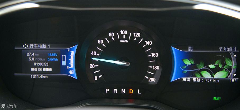 经过一小时的行驶后,新蒙迪欧插电混动版表显的平均油耗为5.0L/100km,平均车速31km/h。从整体的路况和油耗表现来看,它还是蛮出色的。