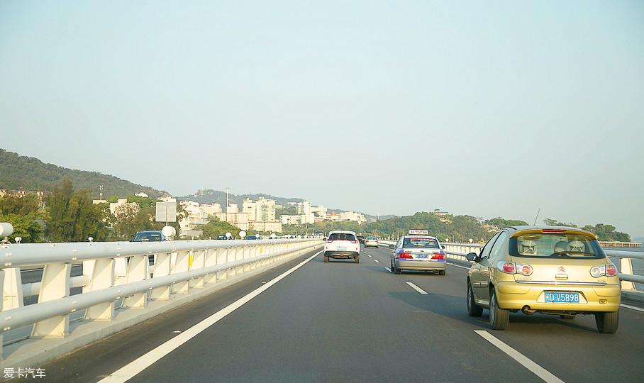这款车型还配备了自适应巡航功能,通过车头位置雷达持续扫描车辆前方道路,让车辆与前车之间保持安全距离,达到行车安全的效果。
