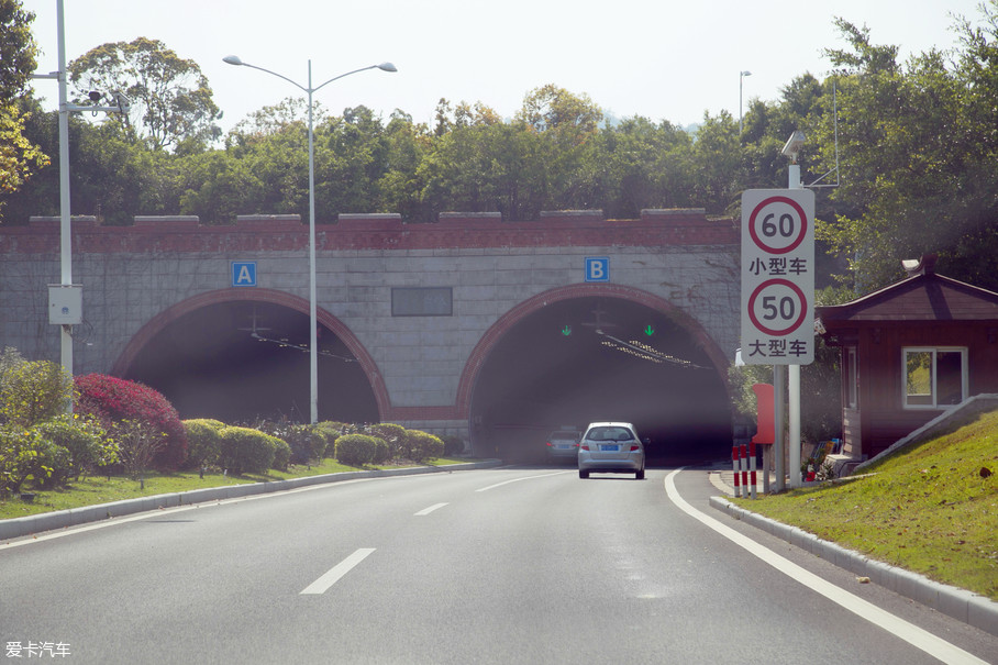 厦门的隧道相对比较多,毕竟厦门是一座多山的海滨城市。据统计,厦门已经运营的公路隧道有60多座,其密度之高在全国范围内也极为少见。
