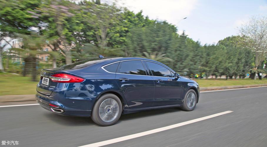 在底盘的调校方面,车辆整体比较偏舒适性,对于路面的颠簸过滤得比较好。但是车辆的指向性也非常精准,还是能够为驾驶者带来一定的操控乐趣。