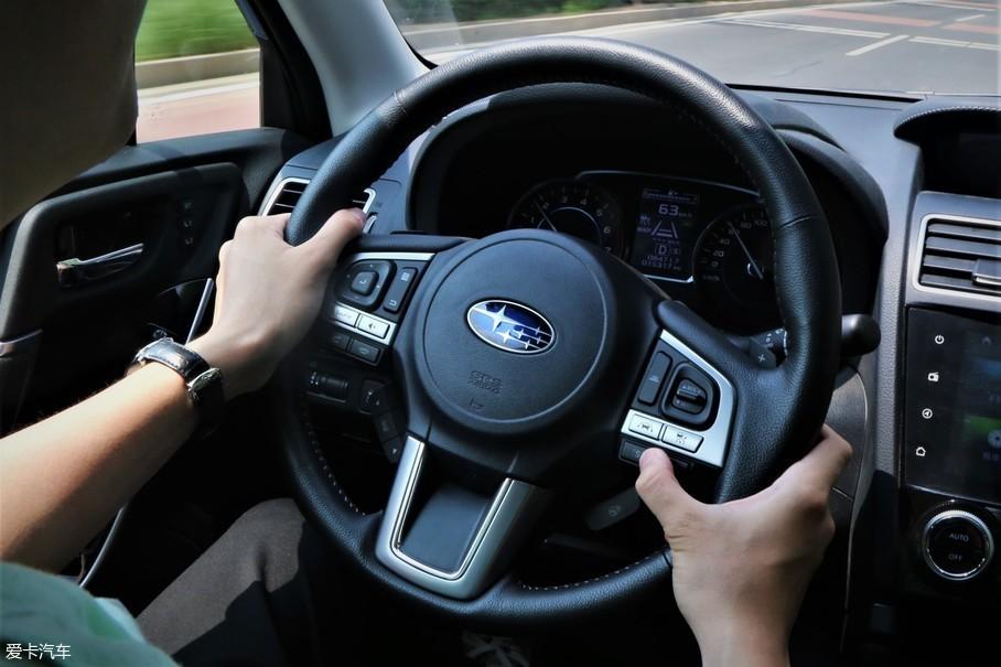 """""""驾驶模式切换按键设计在多功能方向盘的右手位置,[s]和[i]分别代表着"""