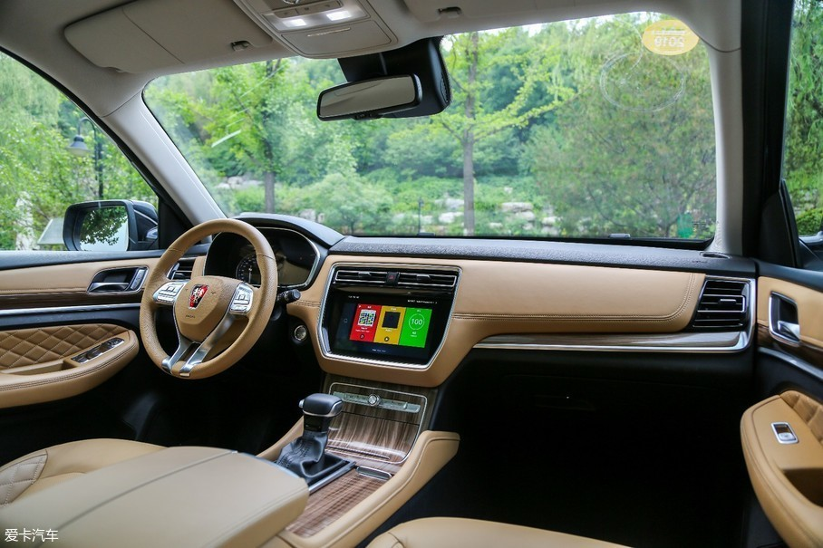 RX8内饰采用浅棕色为主的配色方案,在饰板、中控区域、挡把周围加入木纹饰板以及镀铬装饰,而软包部分采用菱形纹理元素,进一步提升了车辆豪华感。