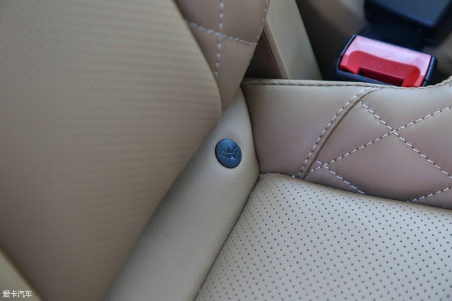 而且在RX8还为第二排乘客提供一些实用配置,比如ISOFIX儿童座椅安全接口。