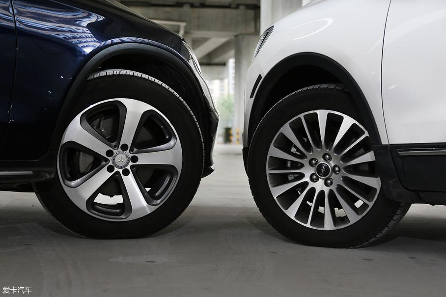 轮圈方面两车相差不大,林肯MKC配备18寸轮圈,轮胎规格为235/50,奔驰GLC配备19寸轮圈,轮胎规格为235/55。林肯MKC使用米其林 latitude轮胎,静音和耐用性表现不俗,奔驰GLC使用倍耐力Scorpion Verde,在抓地力方面表现出色。