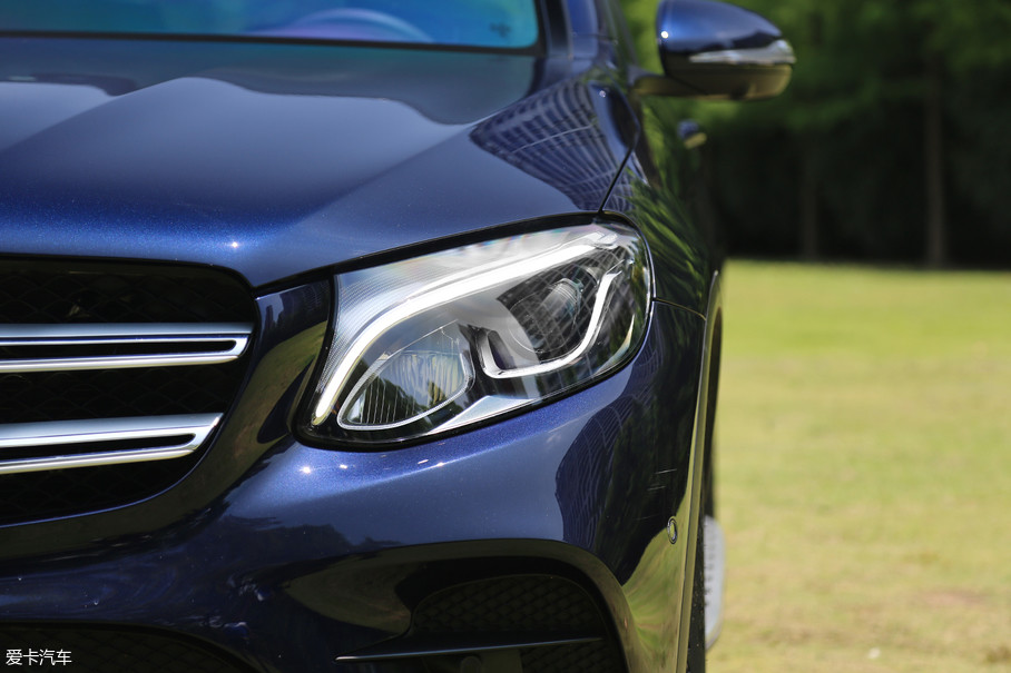 奔驰GLC配备了远近光一体的自动LED大灯,不带大灯清洗功能,日间行车灯集成在大灯灯组内部,辨识度很高。