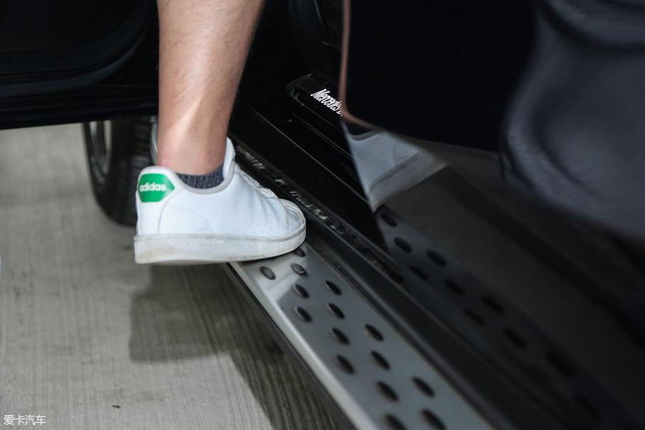 奔驰GLC的踏板需要特别说说,这个踏板极大的影响了使用感受,它的宽度不到半个脚掌,上车时用前脚掌踩着还不算难受,下车时用左脚后脚跟踩着特别别扭,但是如果跨过它直接踩地就更别扭了,而且还容易把腿(裤子)蹭脏,设计非常不合理。