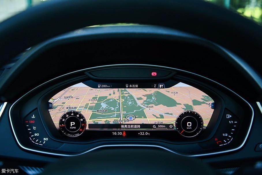 抬头显示,仪表盘以及中控多媒体屏幕的三联导航可以大幅降低自驾旅行图片