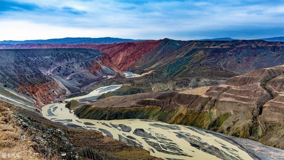 安集海大峡谷又称红山大峡谷,位于沙湾县安集海镇以西的天山北麓地质