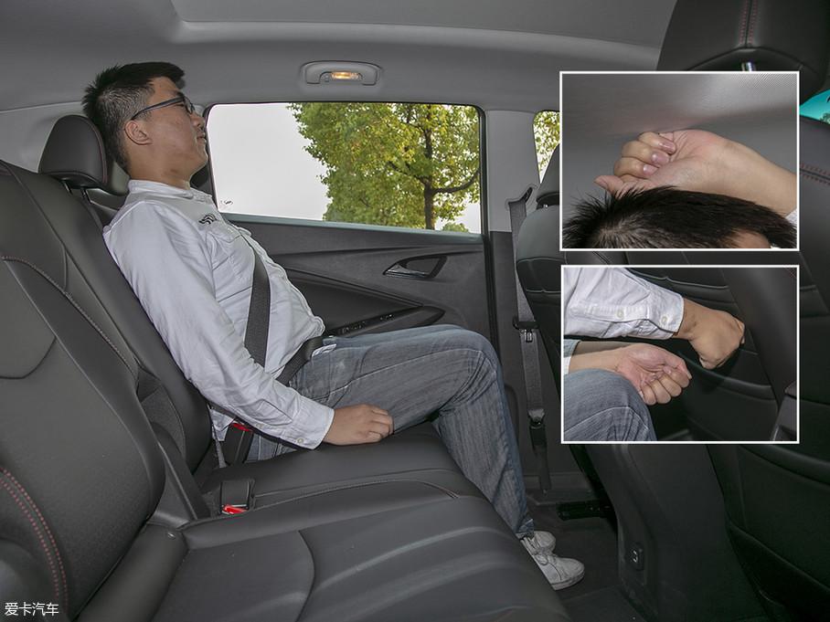 体验者先体验的是将第二排座椅调至最后的位置,调整好坐姿后,头部尚有一拳的空间,腿部有两拳以上的空间,加之宽大的座椅,乘坐感十分宽敞、舒适。