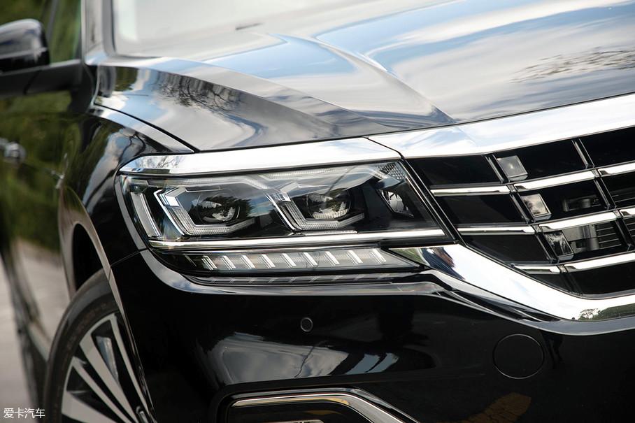 """双L回旋式造型的前大灯,采用了全LED光源设计,虽然这样的设计在该级别车型中已经不是什么新鲜事,但全系标配LED大灯却体现出它的""""大气""""。与此同时还配备了AFS大灯智能随动转向、自适应远近光、自动头灯、大灯亮度调节等功能。"""