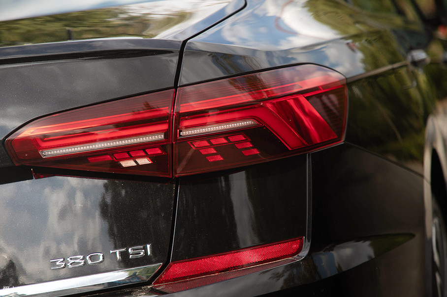 尾灯采用了全LED光源设计,充满了光影艺术气息和科技感,而流光转向功能的设计,呈现出动态变化效果,让它在行驶中更具辨识度。