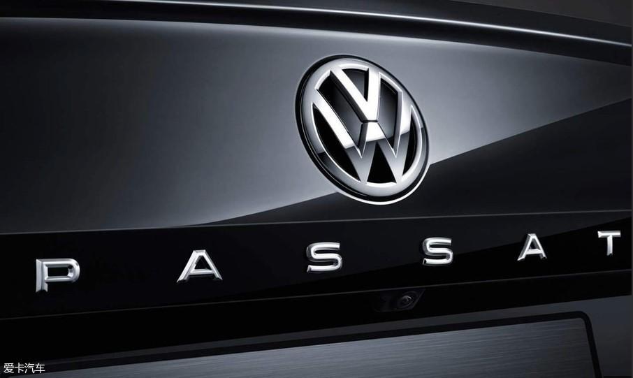 在全新一代帕萨特推出之前,有两款车也是在大众Logo下面带有字母的车型,分别为辉昂PHIDEON和辉腾PHAETON,大家也知道这两款是目前大众品牌的豪华车形象代言。如今,帕萨特也带字母了,这不仅仅是车型自身豪华感的提升,也似乎在宣誓着全新一代帕萨特在大众车系中不一...