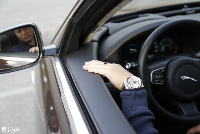 对于5系车主而言,不太好的做工一直是被诟病的。所以,金先生对这台捷豹的内部做工尤其关注,不断地用手去触摸,能感受到材质用料所带来最直接的豪华感。