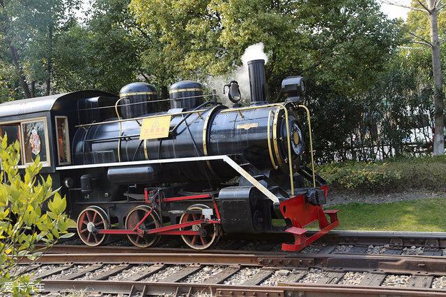 """偶尔也会有""""火车""""经过,车头还是非常复古的蒸汽机车头,这样的配置现在"""