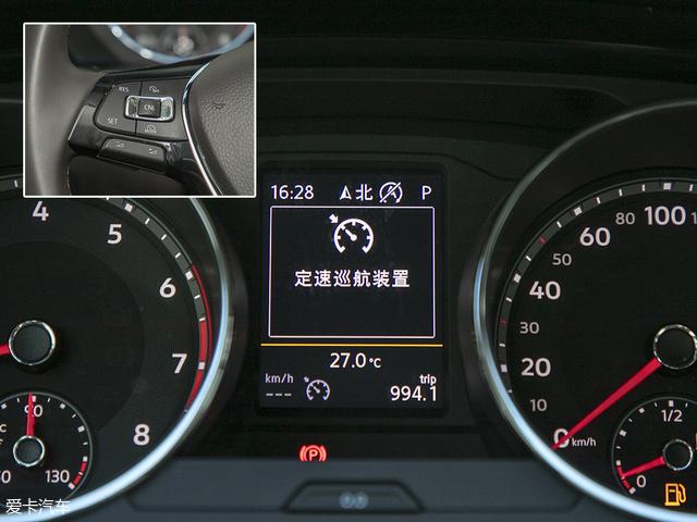 左侧的多功能按键主要负责操作定速巡航功能,根据仪表盘中间的显示屏