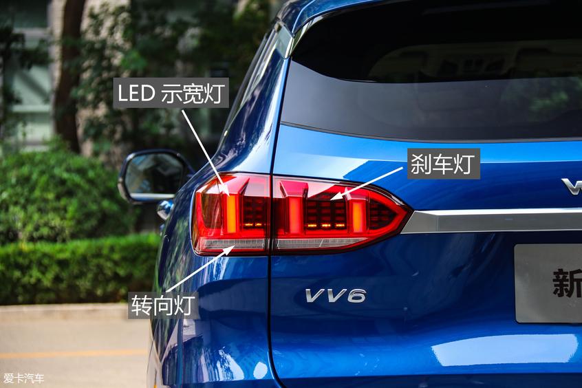 """新VV6全系标配LED光源的远近光一体式大灯,并配备三竖道造型的LED日间行车灯,与流水式转向灯搭配,路上辨识度极高。除此之外,WEY对于细节的把控非常到位,前大灯侧面的""""WEY""""标识充分体现了这台车的品牌荣誉感。"""