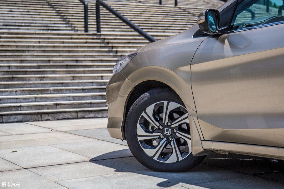 小超:双色刀锋样式铝合金轮圈的设计十分带感,轮胎方面采用的是主打静音与舒适性系列产品,实际使用中,80km/h以下几乎感觉不到胎噪,舒适性出色。