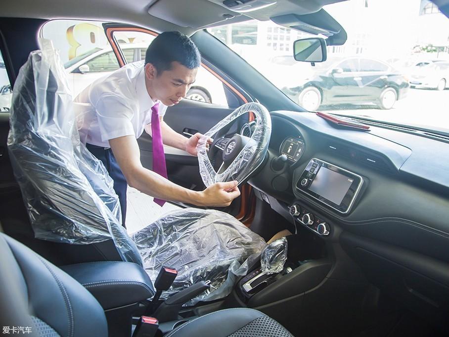 检查完外观及随车工具后,售后服务顾问会为车辆座椅、方向盘及挡把套上保护套,这样可以避免保养过程中座椅跟内饰被弄脏,让车主们能安心不少。
