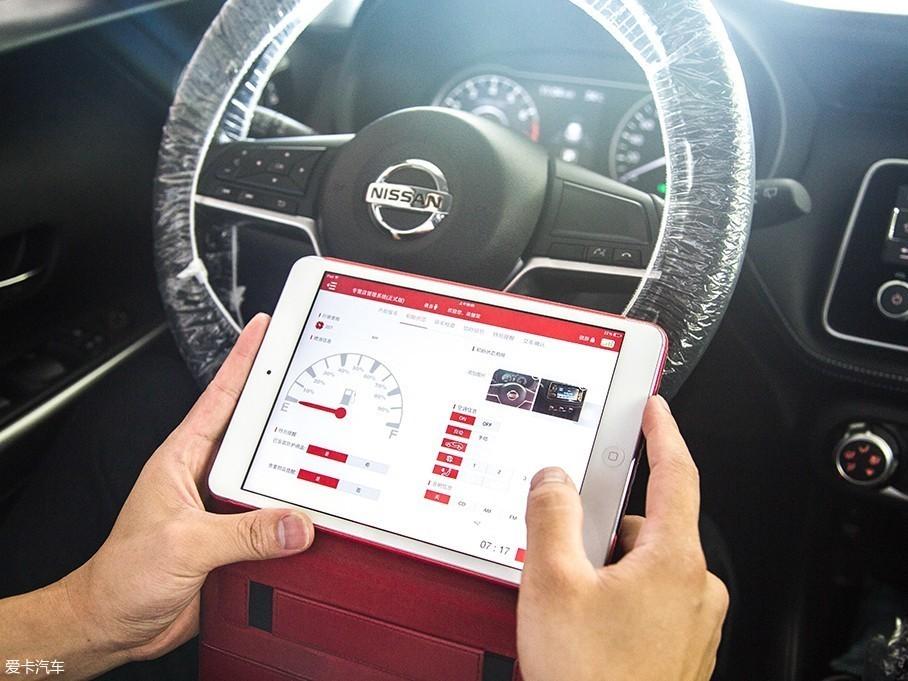 接着服务顾问会把初步检查的结果登记到车辆售后维修系统中,并会询问车辆在日常使用过程中有无异常,同时确认有没有贵重物品遗漏在车上。值得一提的是,日产的售后服务现在也基本实现无纸化流程,全程基本都是在一台iPad上操作就行。