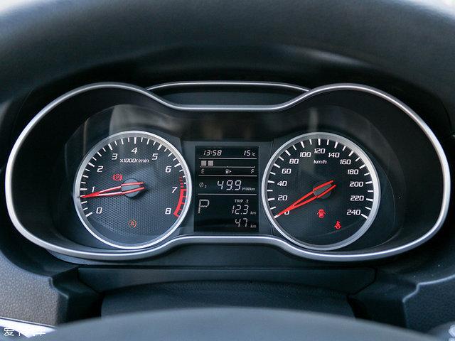 双圆式仪表盘采用银色边框与红色指针相搭配,中央的大尺寸行车电脑