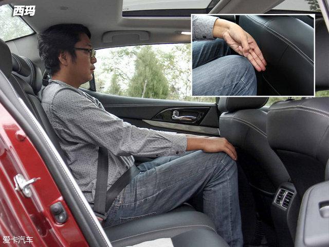 保持前排座椅位置不变,体验者坐进后排,腿部剩余三指的空间,头部空间基本没有余量。