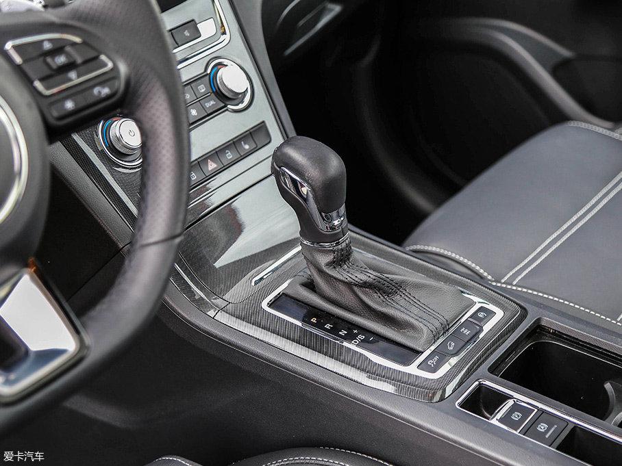 传动系统方面,锐腾匹配了一台6挡DCT双离合变速箱。此外,还提供了一台7挡双离合变速箱与一台6挡手动变速箱可选。