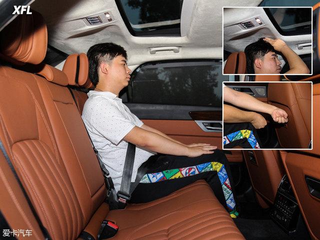 保持前排座椅位置不变,体验者坐入后排,受限于车身高度以及流线型设计,头部空间略显局促,但好在腿部有着较为宽敞的空间。