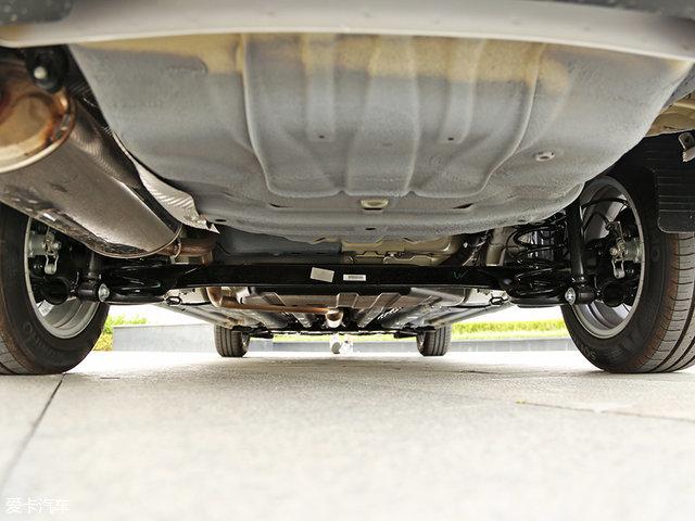 底盘悬挂方面,310W采用了该级别常见的前麦弗逊式独立悬挂与后扭高清图片
