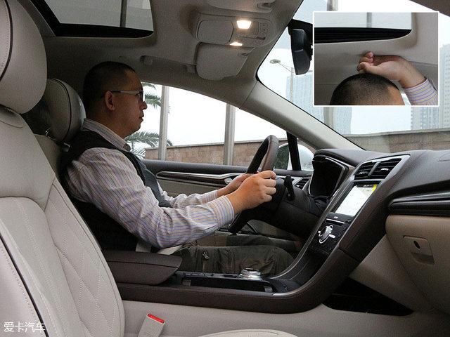 体验者的身高为178cm,坐在驾驶席位置并将座椅调整至最低,调整好坐姿后,此时头部剩余空间为一拳。