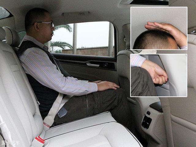 保持前排座椅的位置不变,体验者坐于后座,此时所能获得的头部剩余空间仅为一个手掌的厚度,腿部剩余空间尚有一拳。