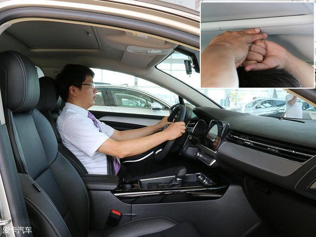 身高174cm的模特坐于驾驶席,将座椅调至最低,并找到合适位置时,头部尚有一拳两指的剩余空间。
